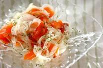 スモークサーモンと玉ネギのサラダ