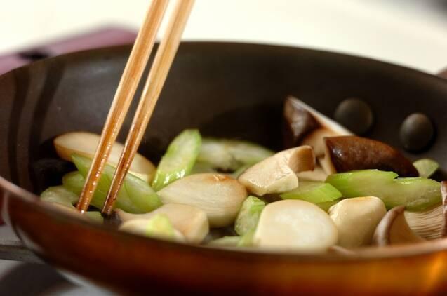 セロリとエリンギのサッと炒めの作り方の手順2