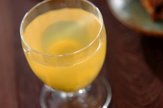 透明のグラスに梅酒ゼリーが流してある
