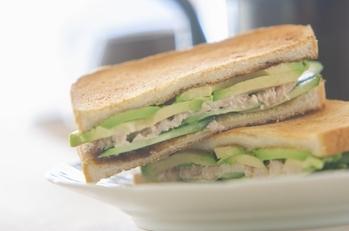 アボカドとツナとキュウリのサンドイッチ