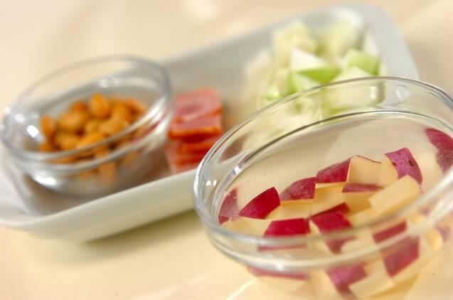 サツマイモと大豆のミルクスープの作り方の手順1