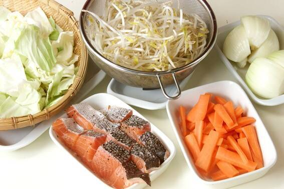 フライパンでお手軽に!鮭のちゃんちゃん焼きの作り方の手順1