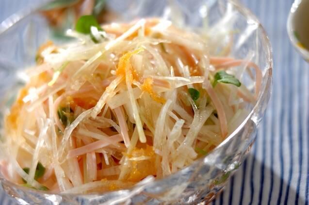 ガラスの器に盛られた大根サラダ