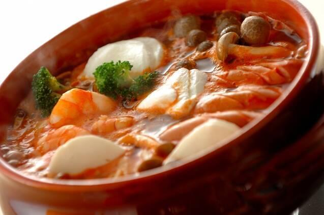 湯気が出ている温かそうなモッツァレラチーズのトマト鍋