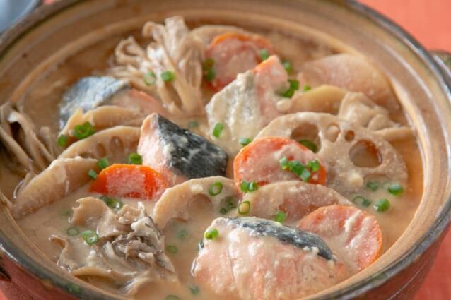 鮭と根菜の酒粕豆乳鍋