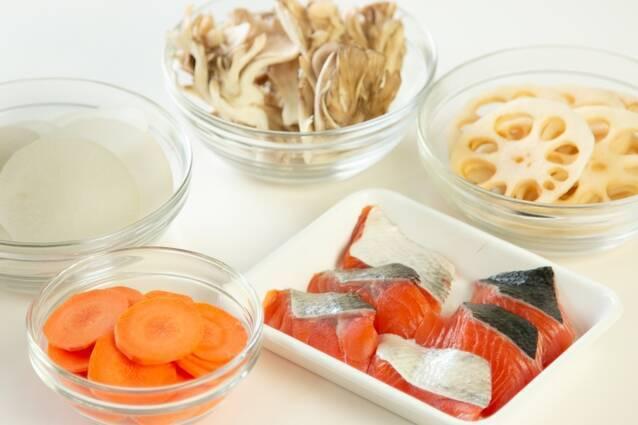 鮭と根菜の酒粕豆乳鍋の作り方の手順2