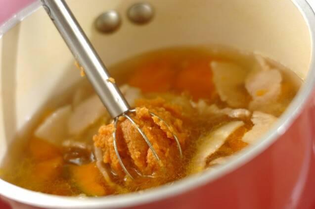 豚バラ肉とカボチャのみそ汁の作り方の手順3