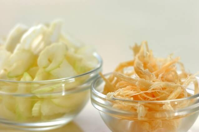 セロリとサキイカの甘酢和えの作り方の手順1