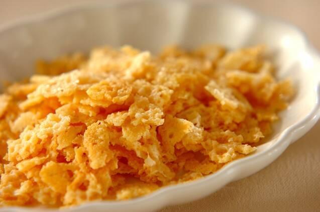 薄焼きのチップス状に焼いたチーズ