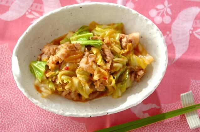 キャベツと豚肉に豆板醤と味噌で味付けをしたピリ辛な炒め物