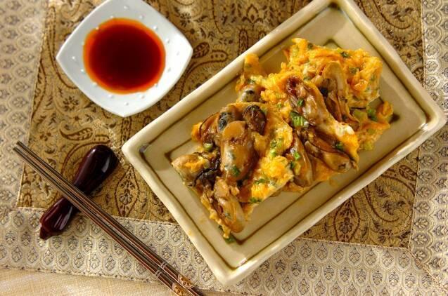 牡蠣入りの卵焼きに、酢じょうゆをそえた食卓