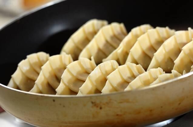 イカの塩辛餃子の作り方の手順4