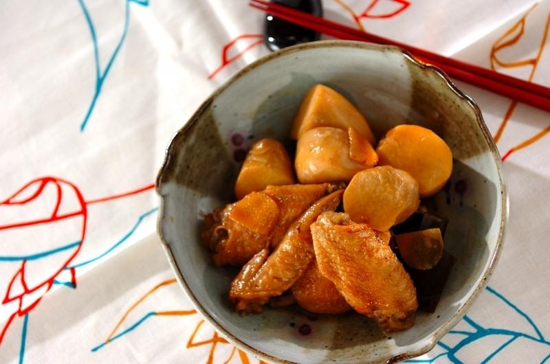 和食器に盛られた手羽先と里芋の煮物