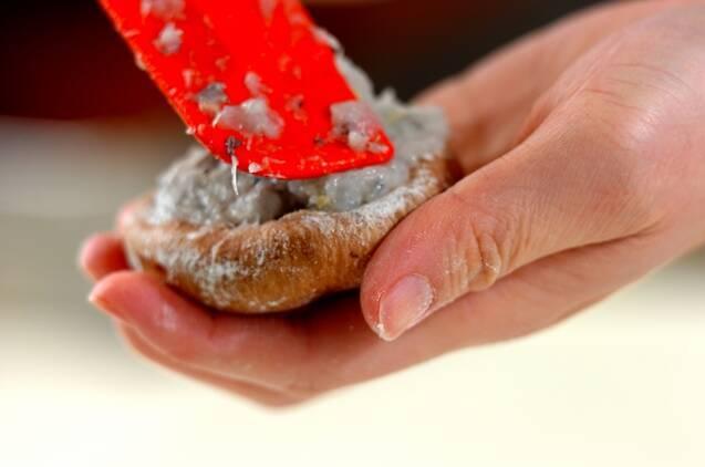 シイタケのエビ詰めフライの作り方の手順4