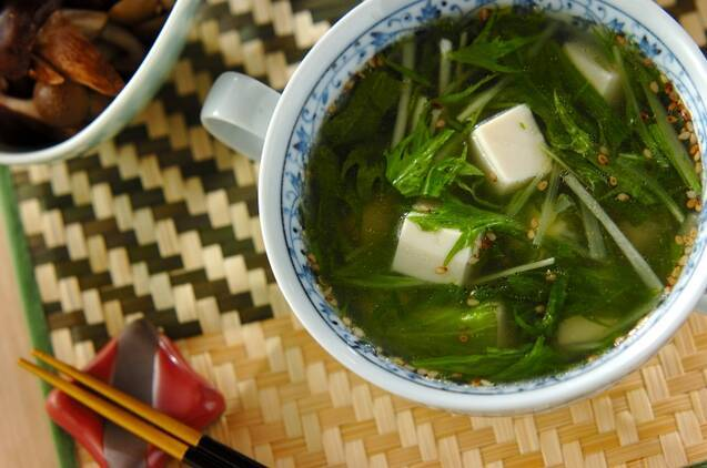 カップに入った豆腐と水菜の中華スープ