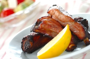 豚骨付きバラ肉の赤ワイン漬け焼き