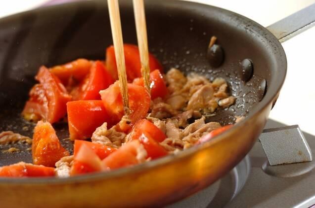 トマトとツナの炒め物の作り方の手順2