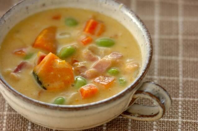 陶器のスープカップに入った枝豆とかぼちゃの豆乳スープ