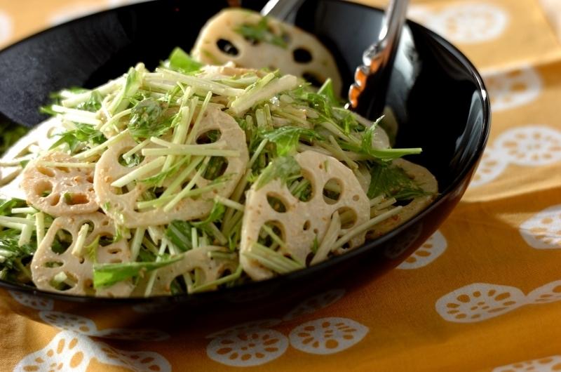 レンコンのゴママヨサラダが黒いお皿にたっぷりと盛り付けられている様子