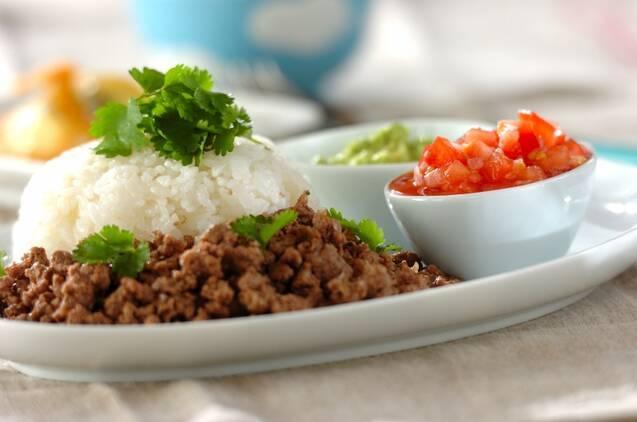 白米、ひき肉、カットしたトマト、ワカモレのプレート