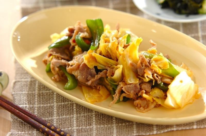 クリーム色のお皿にのせた豚肉とキャベツの味噌炒め