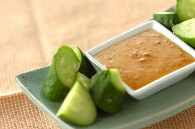 平皿の中のきゅうりと醤油麹マヨ