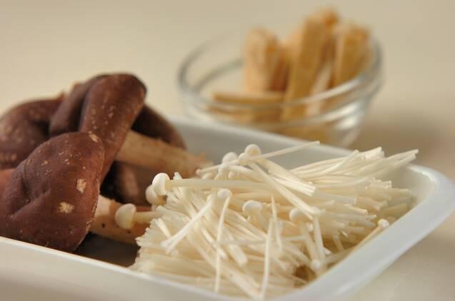 キノコとお揚げのみそ汁の作り方の手順1