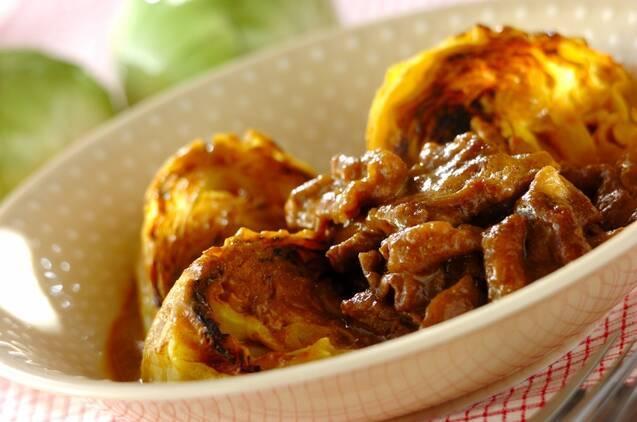 薄いベージュに白の水玉模様の皿に盛られた、キャベツと牛肉のカレー風味煮込み