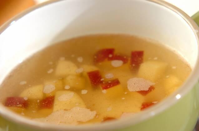 サツマイモと天かすのみそ汁の作り方の手順2