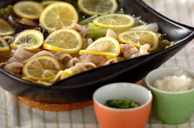 豚肉とネギにスライスしたレモンが敷き詰められたレモン鍋