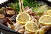 豚バラとキャベツのレモン鍋の作り方3
