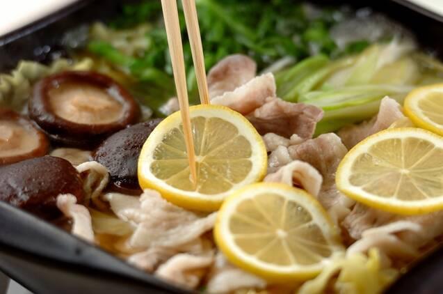 豚バラとキャベツのレモン鍋の作り方の手順3