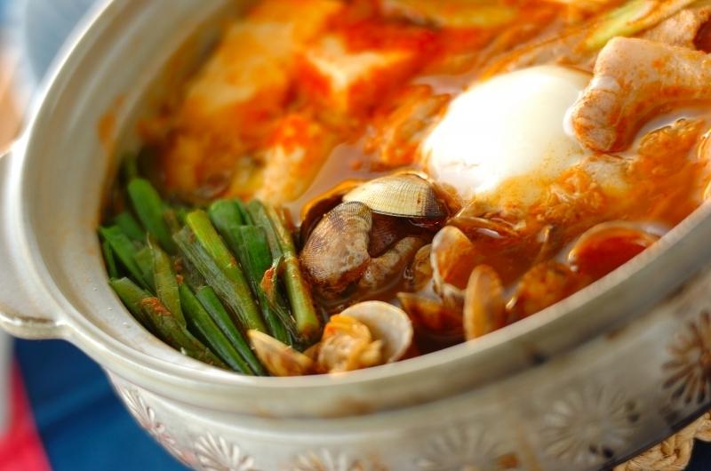 鍋に入ったアサリと豆腐のチゲ