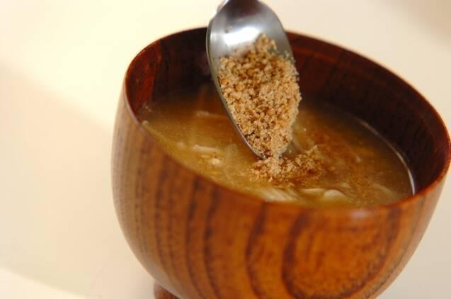 エノキとすり白ゴマのみそ汁の作り方の手順3