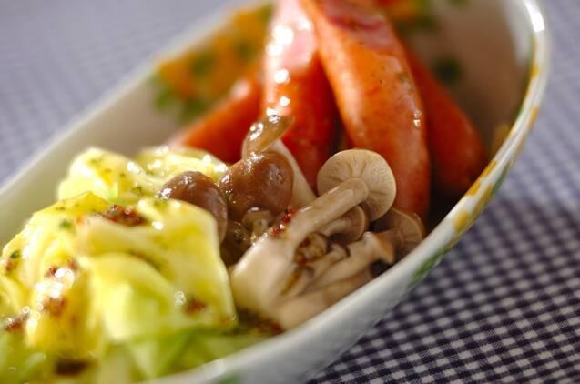 キャベツ、しめじ、ソーセージをゆで、粒マスタードや酢、オリーブオイルで作ったドレッシングをかけたホットサラダ。