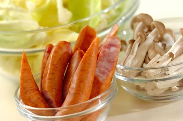 春キャベツとソーセージのホットサラダの作り方の手順1