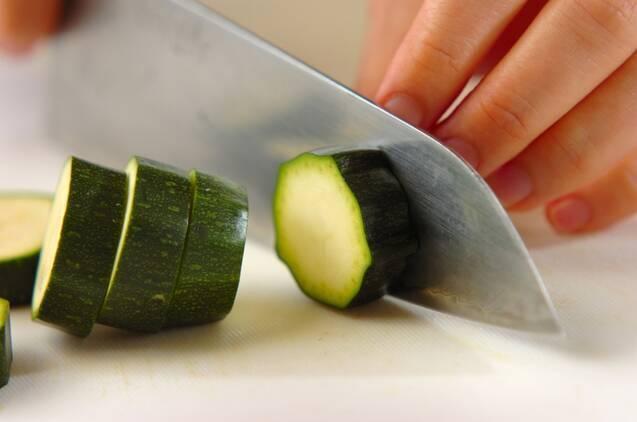 ズッキーニのカレーマリネの作り方の手順1