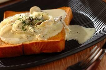 キノコのチーズソースのせトースト