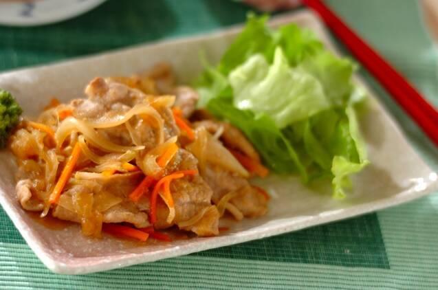 四角いお皿に盛られた生姜焼きとお野菜