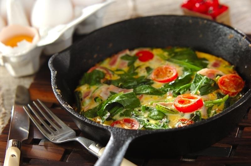 トマトとほうれん草のスパニッシュオムレツ
