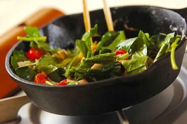 トマトとホウレン草のスパニッシュオムレツの作り方の手順3