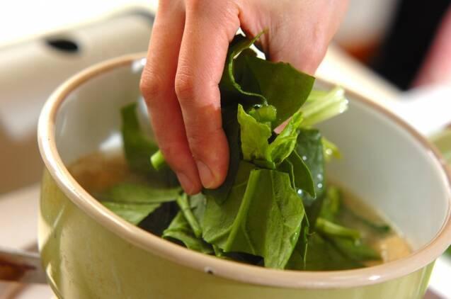 ホウレン草と新玉ネギのみそ汁の作り方の手順6