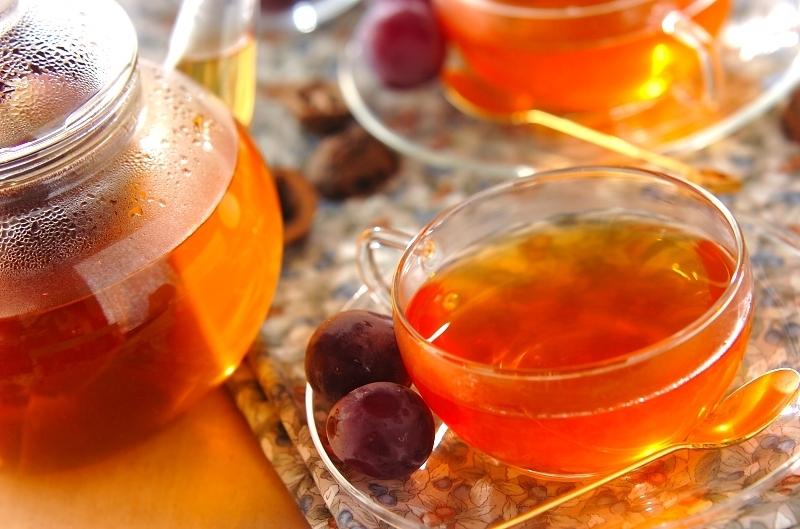 ティーポットとカップに入ったブドウのフルーツティー