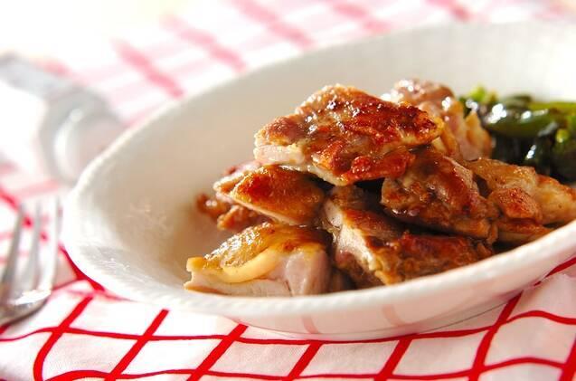 鶏もも肉をソテーし、しょうゆ、バター、にんにくを混ぜ合わせたソースを絡めたひと品。