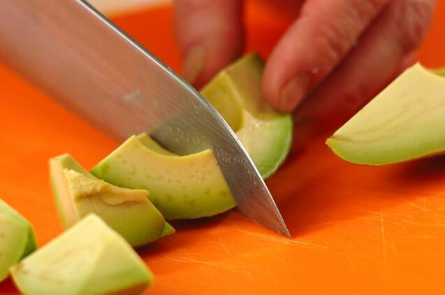 トマトとアボカドの麺つゆサラダの作り方の手順2