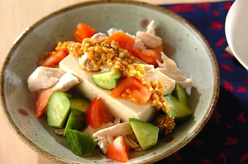 渋い和食器に盛られたささみと豆腐の中華サラダ