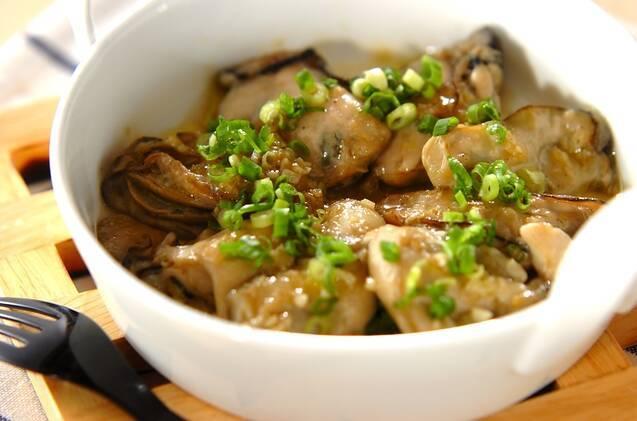 小麦粉をまぶした牡蠣をオリーブオイル、にんにくで炒め、ねぎを散らしたひと品。お好みでポン酢をかける。