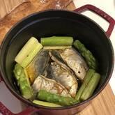 熱々で食べたい!小アジとアスパラガスの簡単アヒージョ