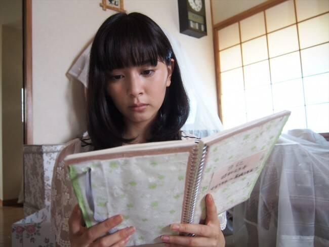 日記を読む石橋杏奈