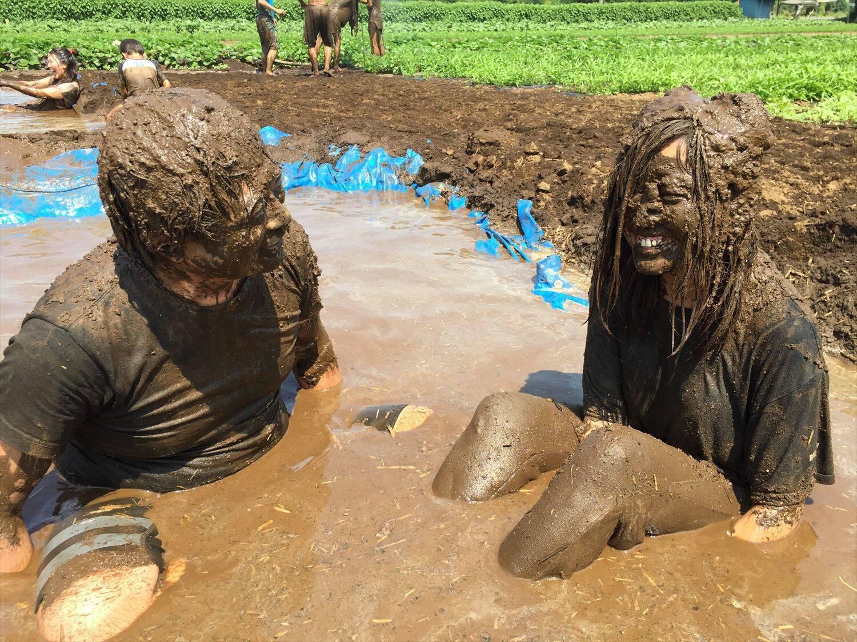 泥のプールに全身浸かる「マッドランドフェス」を体験してきた ...